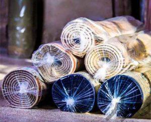ریشه فرش دستباف شبیه نخ فرش است که بخشی از ساختار است (به دنبال ساختار فرش) ، اما ریشه فرش ماشینی دوخته شده و مخصوصاً مانند نوار پارچه ای دوخته می شود. لبه های فرش و بخشی از ساختار و ساختار فرش نیست.