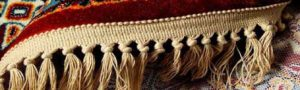 ریشه فرش دستباف مانند نخ فرش است که بخشی از ساختار است (به دنبال ساختار فرش) ، اما ریشه فرش ماشینی دوخته شده و مخصوصاً مانند نوار پارچه ای دوخته می شود. لبه های فرش و بخشی از ساختار و ساختار فرش نیست.